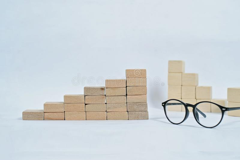 Bloque de madera que apila como escalera del paso en la tabla de madera Concepto del negocio para el proceso del ?xito del crecim imagen de archivo libre de regalías