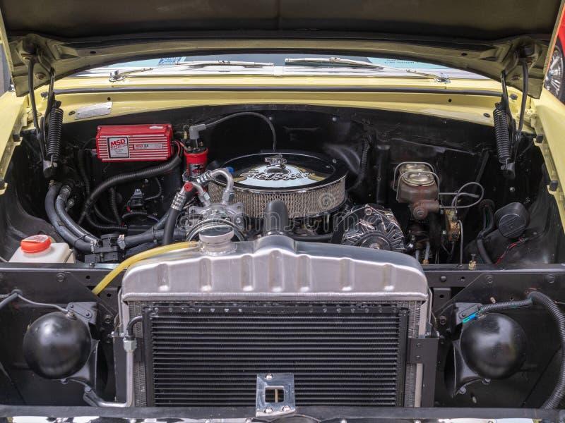 Bloque de motor de Edelbrock que se sienta en un coche clásico de Chevy foto de archivo libre de regalías