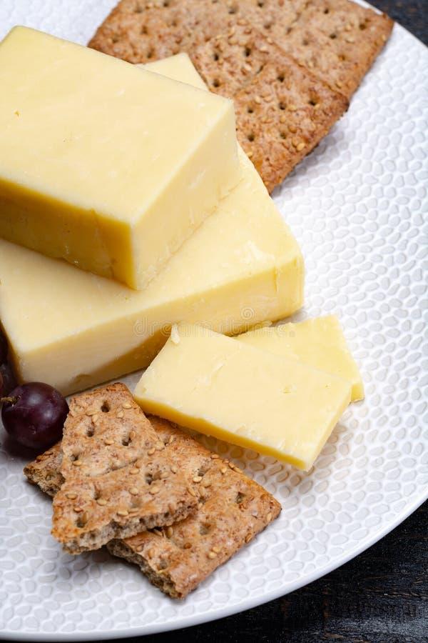 Bloque de queso cheddar envejecido, el tipo más popular de queso adentro imagenes de archivo