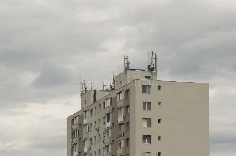 Bloque de viviendas con la antena fotografía de archivo libre de regalías