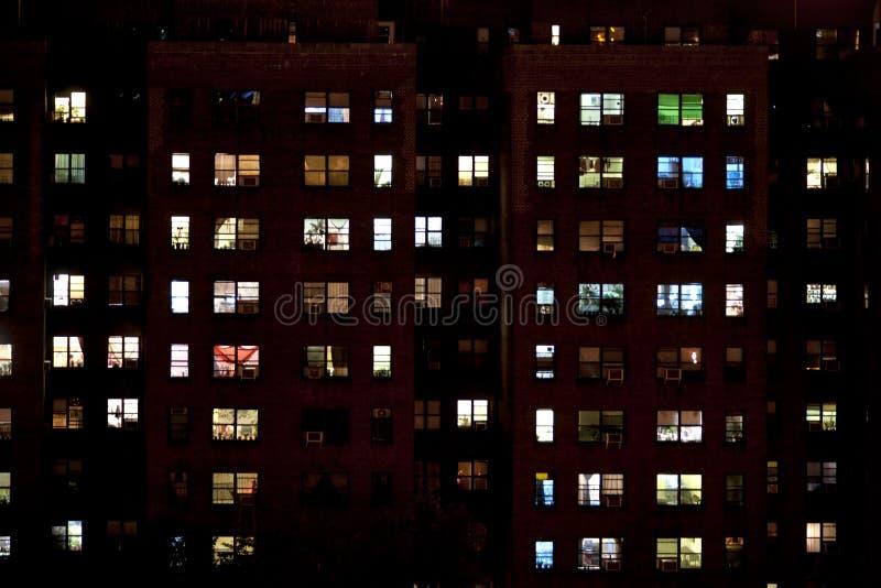 Bloque de viviendas en la noche imagenes de archivo