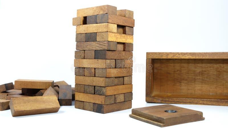 Bloque le jeu en bois de Jenga sur le fond blanc photographie stock libre de droits