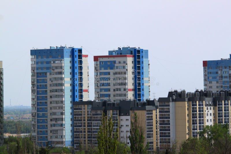 Bloque moderno de la construcción de viviendas y elegante de varios pisos de la vida foto de archivo libre de regalías