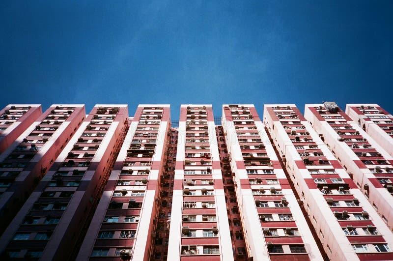 Bloque residencial en Hong-Kong, bajo el cielo azul fotos de archivo libres de regalías