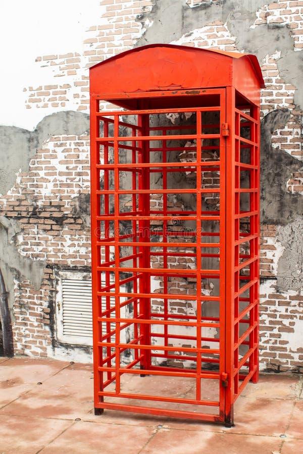 Bloque rojo de la pared de ladrillo del frente de la cabina de teléfonos fotografía de archivo libre de regalías