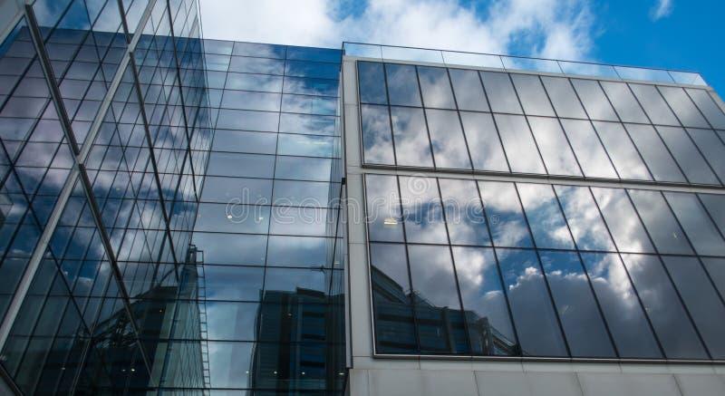 Bloque y cielo modernos de oficina fotografía de archivo