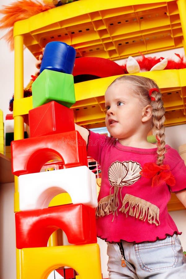 Bloque y construcción del juego de niños fijados en sala de juegos. imagen de archivo