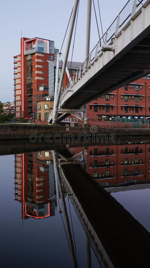 Bloque y pasarela residenciales con su reflexión en Clarence Dock, Leeds foto de archivo libre de regalías