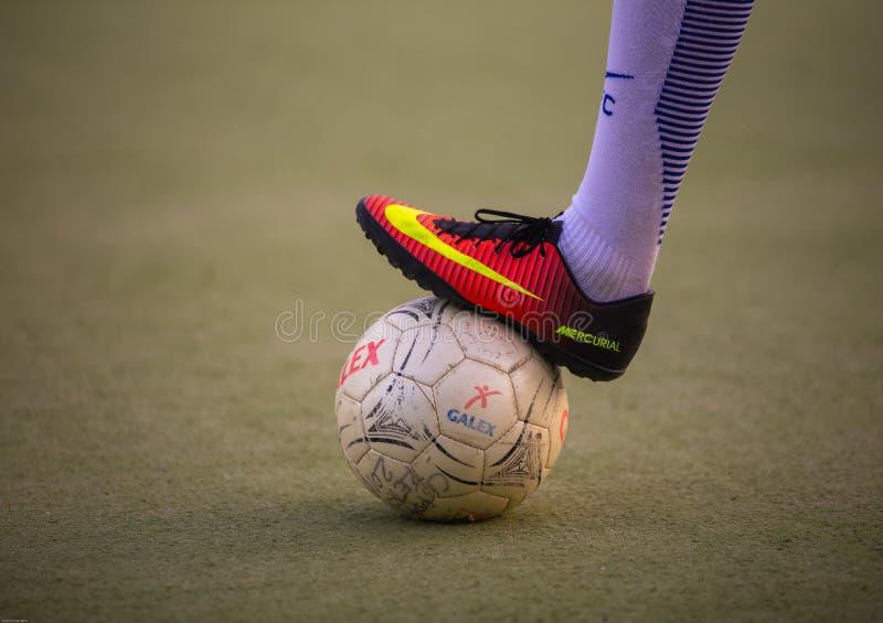 Bloqueando una bola con el pie en un partido de fútbol - Cagliari/Italia - 07/2018 fotografía de archivo