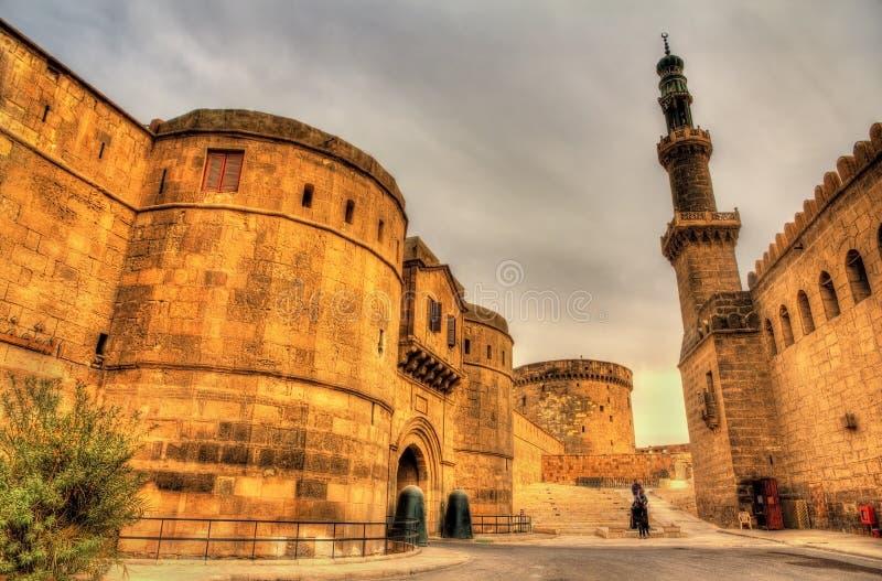 Bloquee Bab al-Qulla y la mezquita del al-Nasir Muhammed en El Cairo Citad imagen de archivo