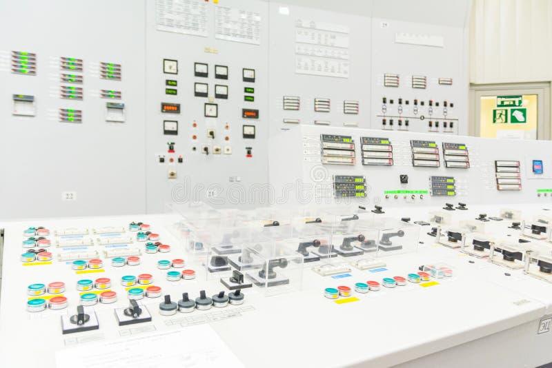 Bloquee el tablero de control del reactor de central nuclear imagenes de archivo
