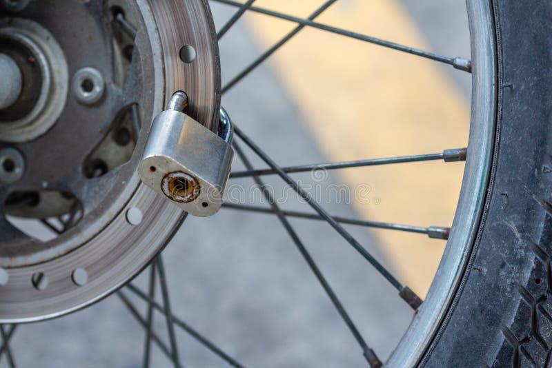 Bloqueo de teclas en freno de disco del vehículo de la moto fotos de archivo