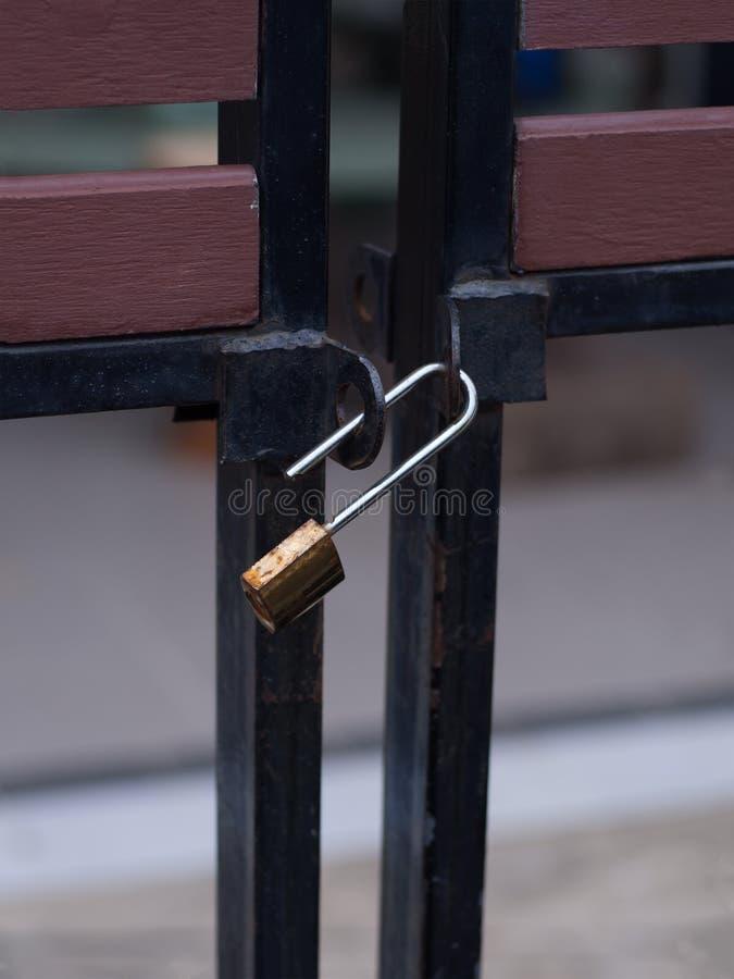 Bloqueo de teclas viejo en la puerta, fall de la cerradura fotos de archivo