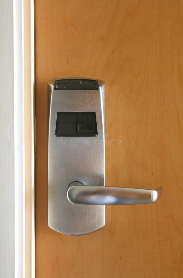 Bloqueo electrónico de la tarjeta dominante en puerta de madera imagenes de archivo