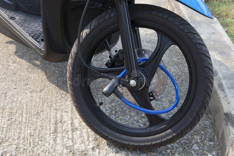 Bloqueo portátil en motocycle de la rueda delantera imagen de archivo libre de regalías