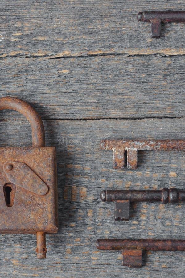 Bloqueo viejo y claves fotos de archivo libres de regalías