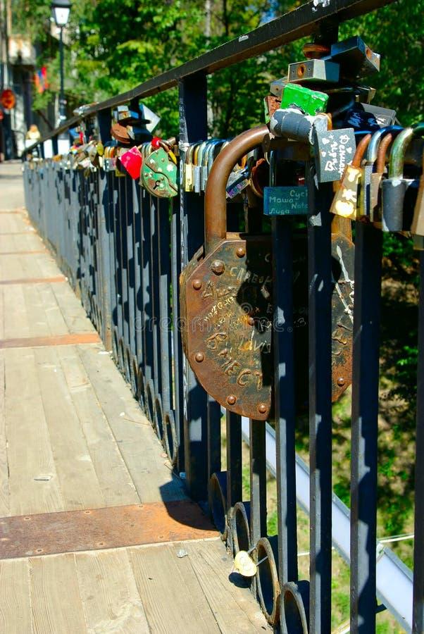 Bloqueos en el pasamano del puente fotos de archivo libres de regalías