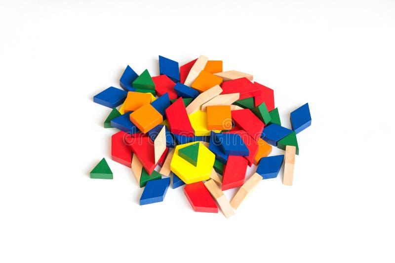 Bloques coloreados multi del modelo en un fondo de madera blanco aislante foto de archivo libre de regalías