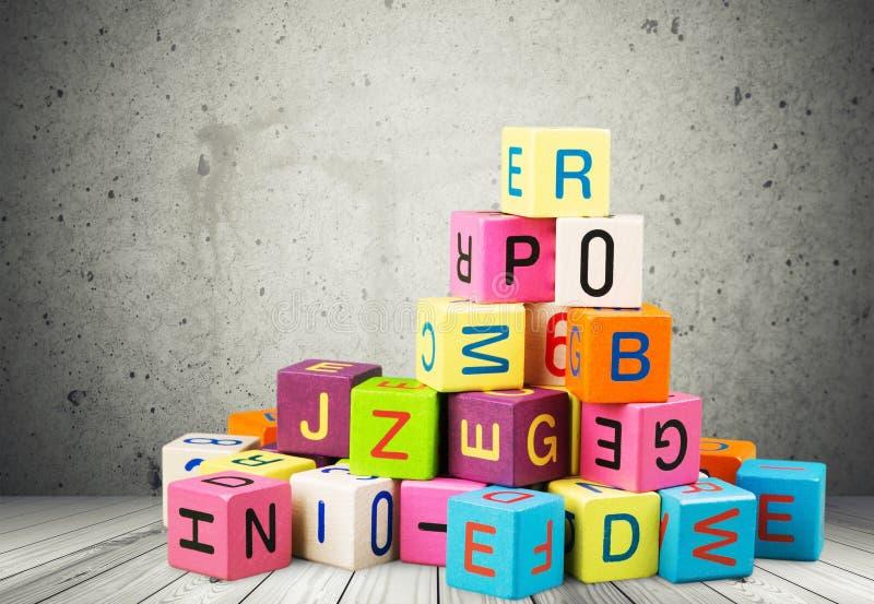 Bloques coloridos del juguete con las letras en la pared imágenes de archivo libres de regalías