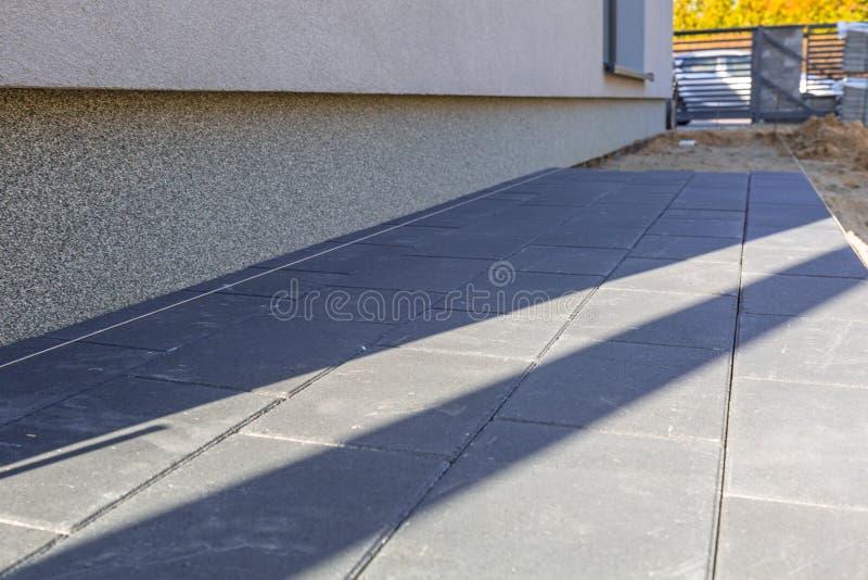 Bloques concretos de la pavimentadora puestos cerca de la casa fotos de archivo libres de regalías