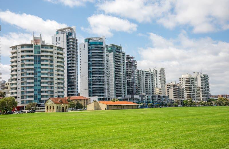 Bloques de apartamentos del este de la opinión del río de Perth en el camino y Langl de la terraza fotografía de archivo libre de regalías