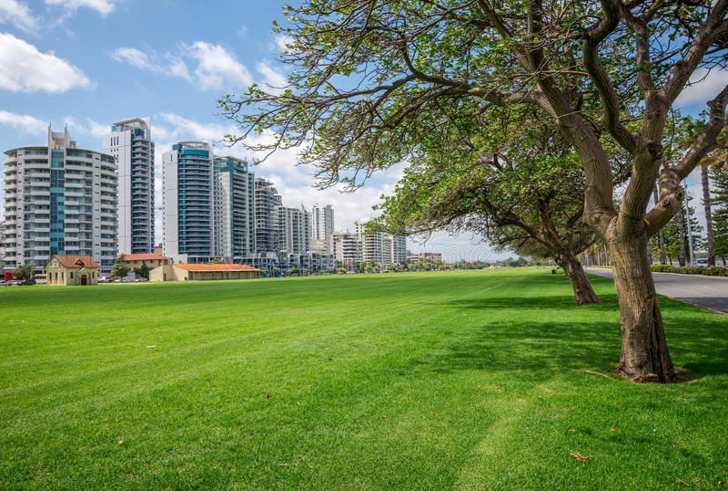 Bloques de apartamentos del este de la opinión del río de Perth en el camino y Langl de la terraza imagenes de archivo