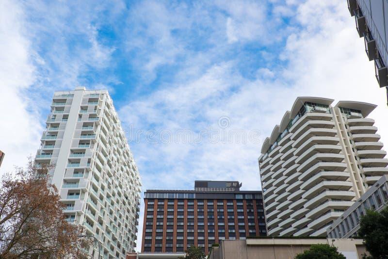 Bloques de apartamentos, hotel y planos en Auckland CBD, Nueva Zelanda, foto de archivo libre de regalías