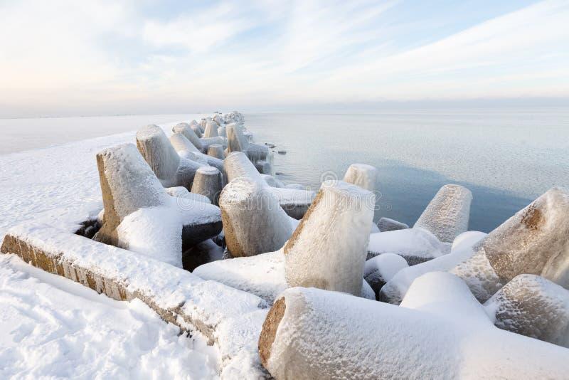 Bloques de cemento del embarcadero cubiertos con hielo fotografía de archivo
