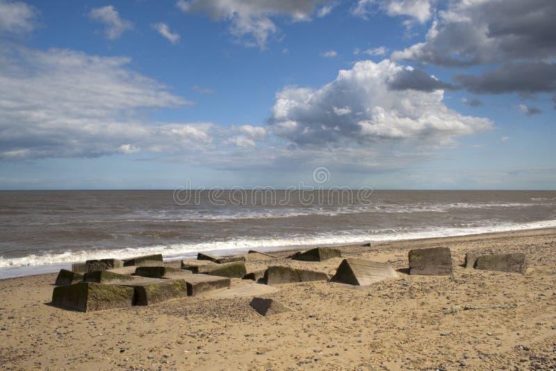 Bloques de cemento en la playa de Benacre, Suffolk imágenes de archivo libres de regalías