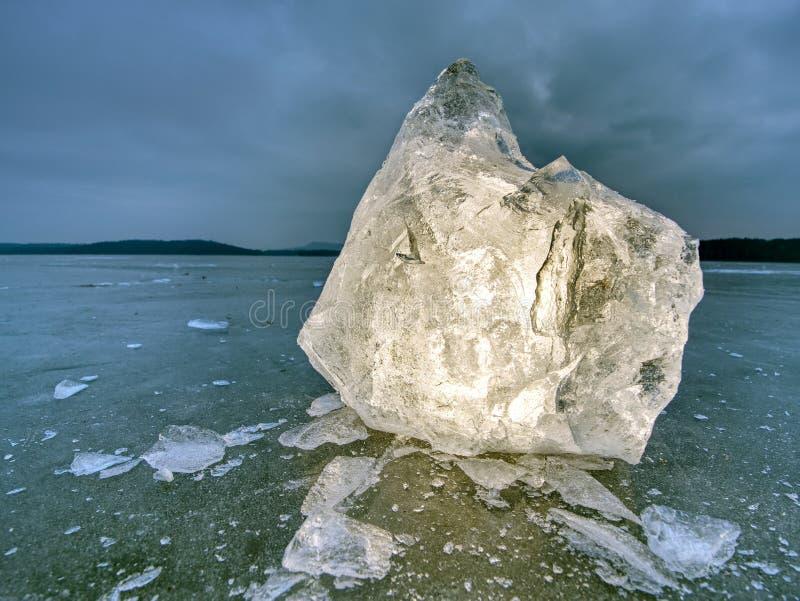 Bloques de hielo y de nieve brillantes en la orilla Las masas de hielo flotante y el hielo machacado fotos de archivo