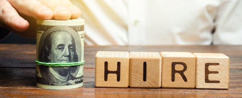Bloques de madera con el alquiler y los d?lares de la palabra La oferta del nivel salarial en la entrevista Salarios del aumento  imagen de archivo libre de regalías