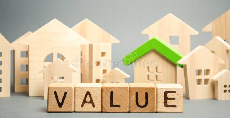 Bloques de madera con el valor de la palabra y casas de madera Evaluación y vivienda de la propiedad El mejor valor del apartamen imagen de archivo libre de regalías