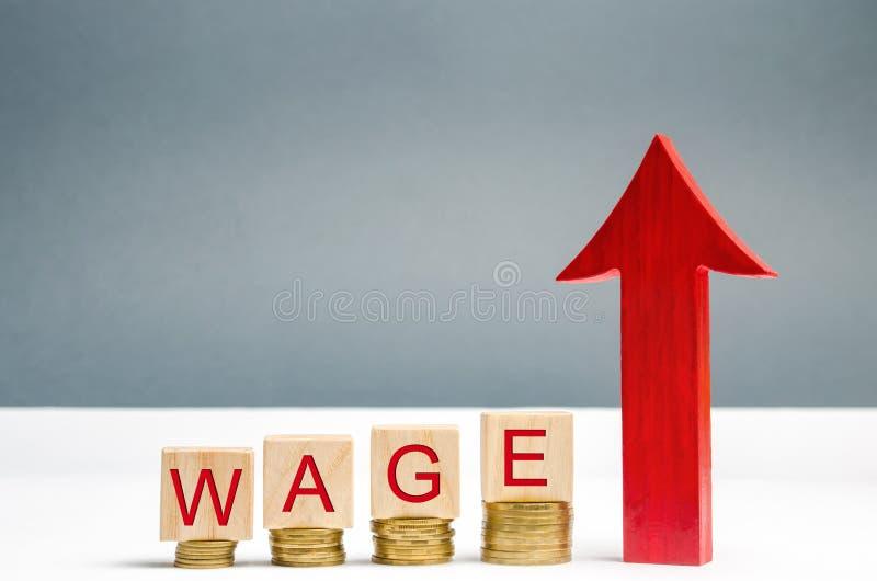 Bloques de madera con las monedas y el salario y para arriba la flecha de la palabra Aumento del sueldo Tarifas salariales Crecim imagen de archivo libre de regalías