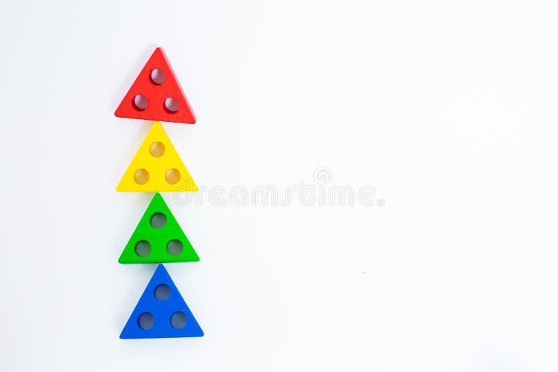 Bloques de madera del juguete, ladrillos multicolores de la construcción de edificios que parecen el árbol de navidad Fondo blanc imágenes de archivo libres de regalías