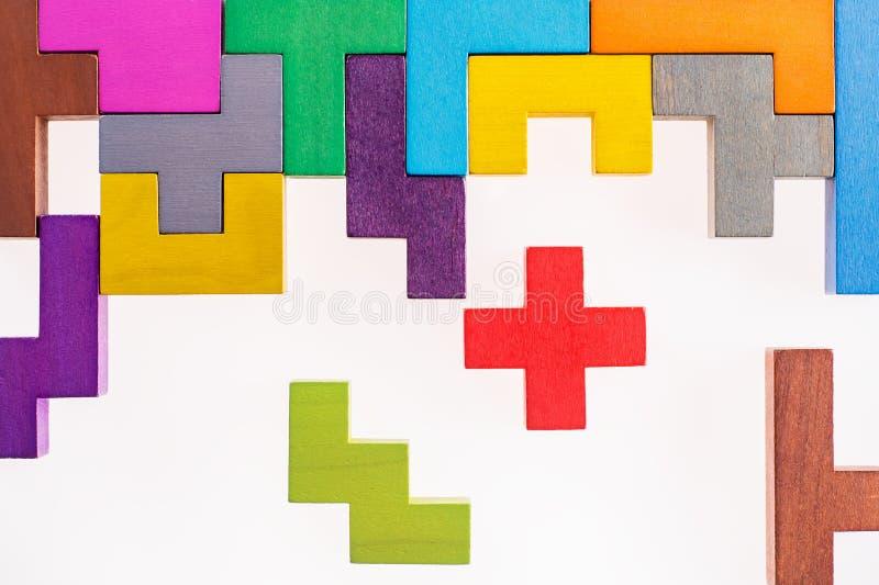 Bloques de madera de diversas formas coloridas en el fondo beige, endecha plana Formas geométricas en diversos colores, visión su imagenes de archivo