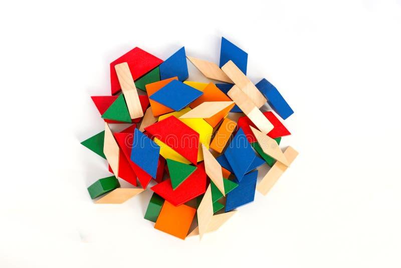 Bloques de madera multicolores Visión desde arriba Macro Fondo de madera blanco aislante imagen de archivo libre de regalías