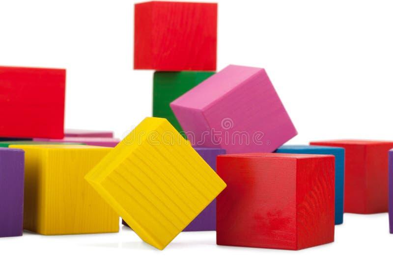 Bloques de madera, pila de cubos coloridos, el juguete de los niños aislado imagen de archivo