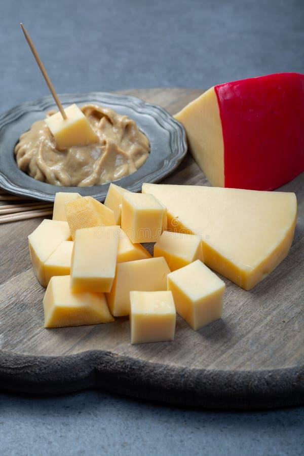 Bloques de queso y de mostaza rojos holandeses del queso Edam de la bola imágenes de archivo libres de regalías