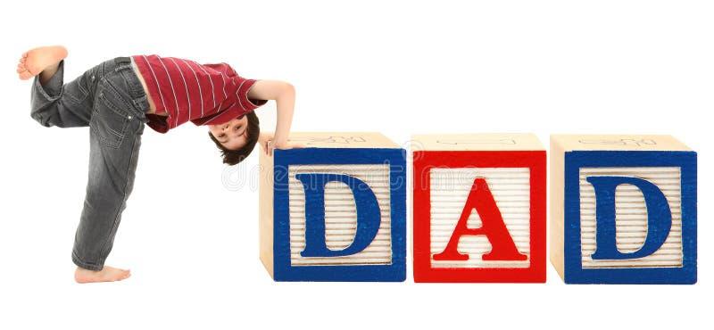 Bloques del alfabeto y PAPÁ adorable del muchacho imagen de archivo