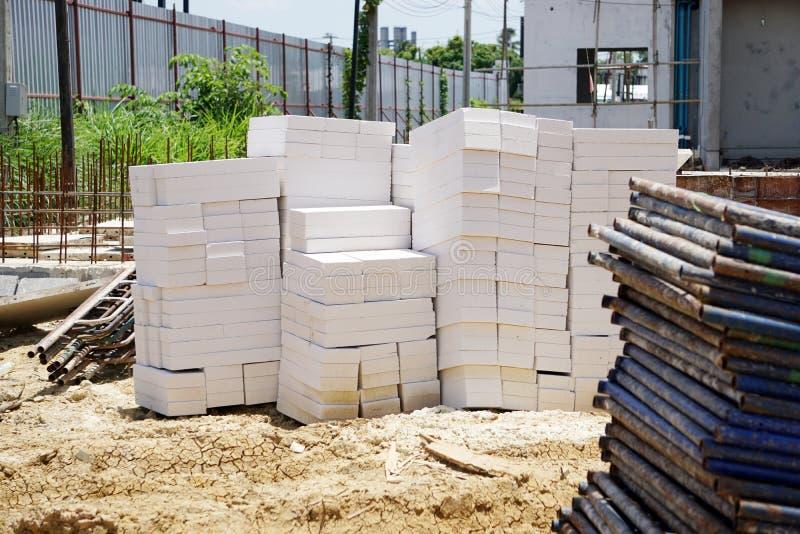 Bloques del cemento ligero puestos en la tierra foto de archivo libre de regalías