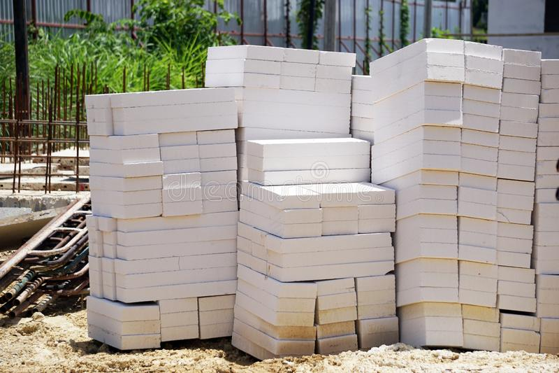 Bloques del cemento ligero puestos en la tierra imágenes de archivo libres de regalías