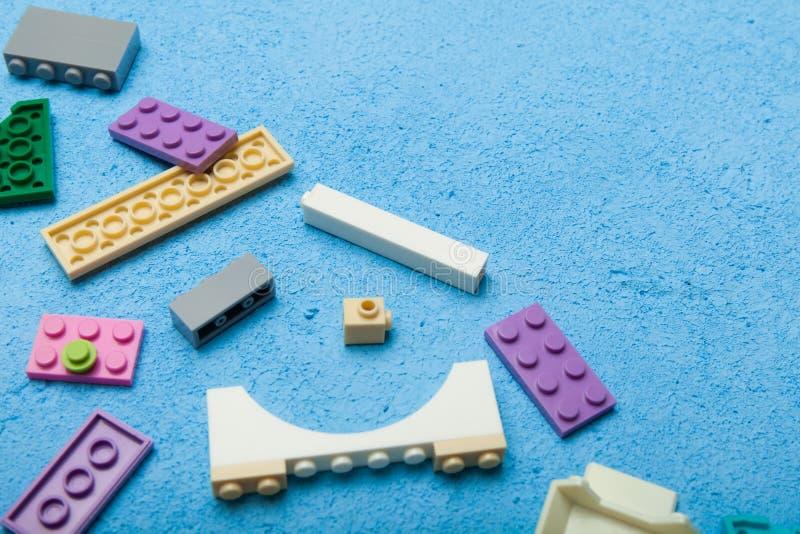 Bloques plásticos, pensamiento lógico Fondo para una tarjeta de la invitaci?n o una enhorabuena imagen de archivo libre de regalías