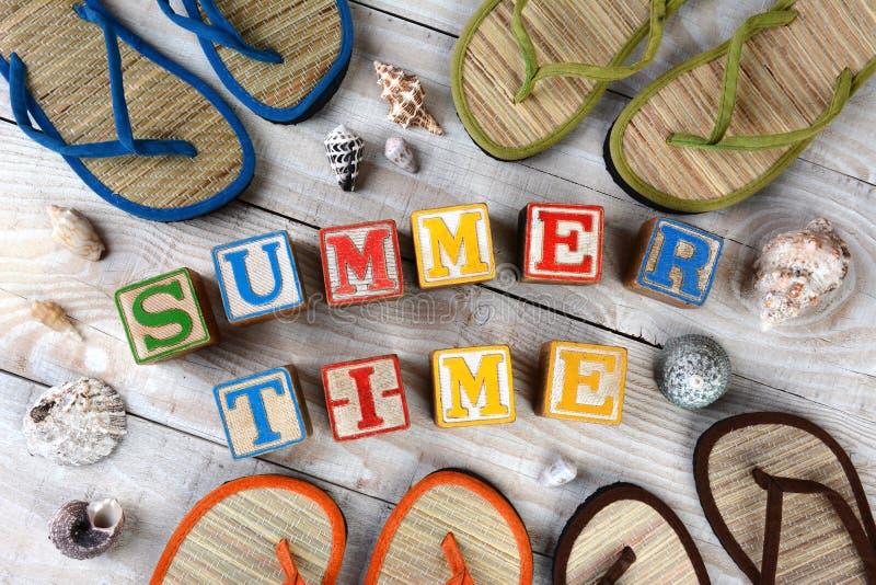 Bloques que deletrean tiempo de verano fotografía de archivo