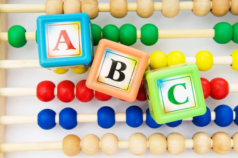 Bloques y ábaco del alfabeto imagenes de archivo