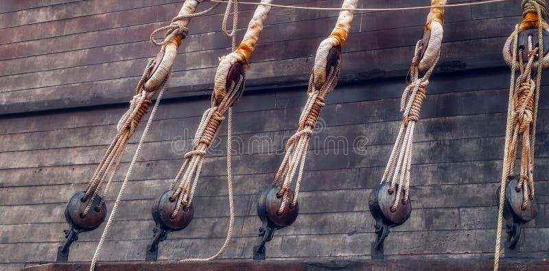 Bloques y trastos de un velero imagen de archivo