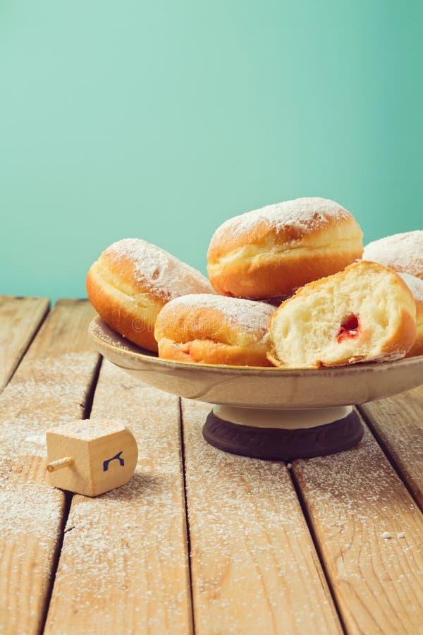 Bloquez les beignets avec du sucre glace pour la célébration de vacances de Hanoucca photo stock