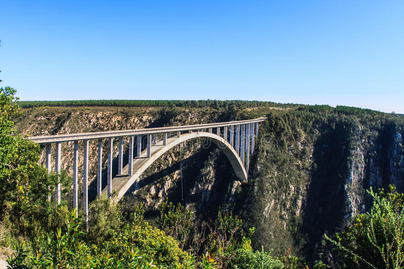 Bloukrans-Fluss-Brücke auf dem Garten-Weg in Südafrika Th stockfotografie