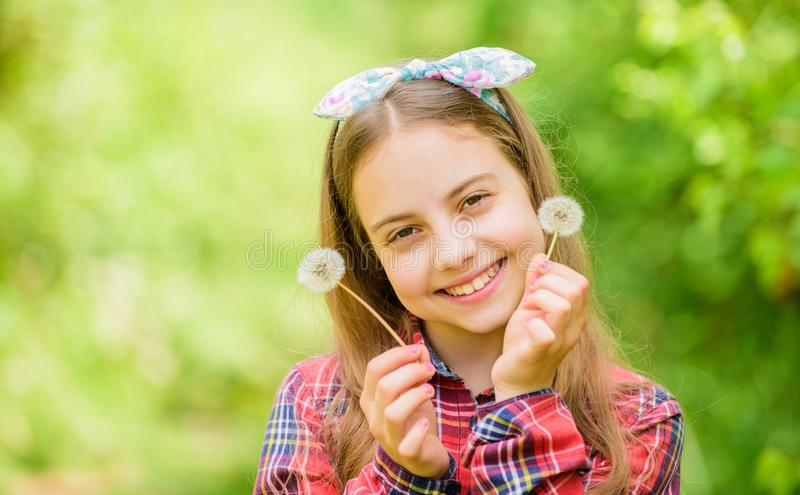 blowball felice della tenuta del bambino Dente di leone Festa della primavera il giorno delle donne Bellezza naturale Felicit? di immagine stock