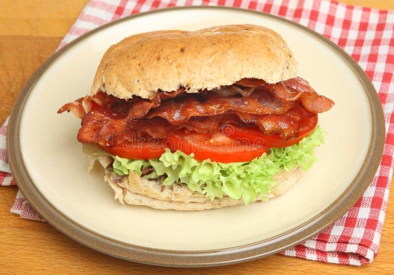 BLT ou petit pain de lard, de laitue et de tomate image libre de droits
