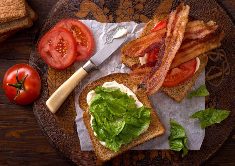 BLT-smörgås (bacon, grönsallat och tomat) arkivfoton